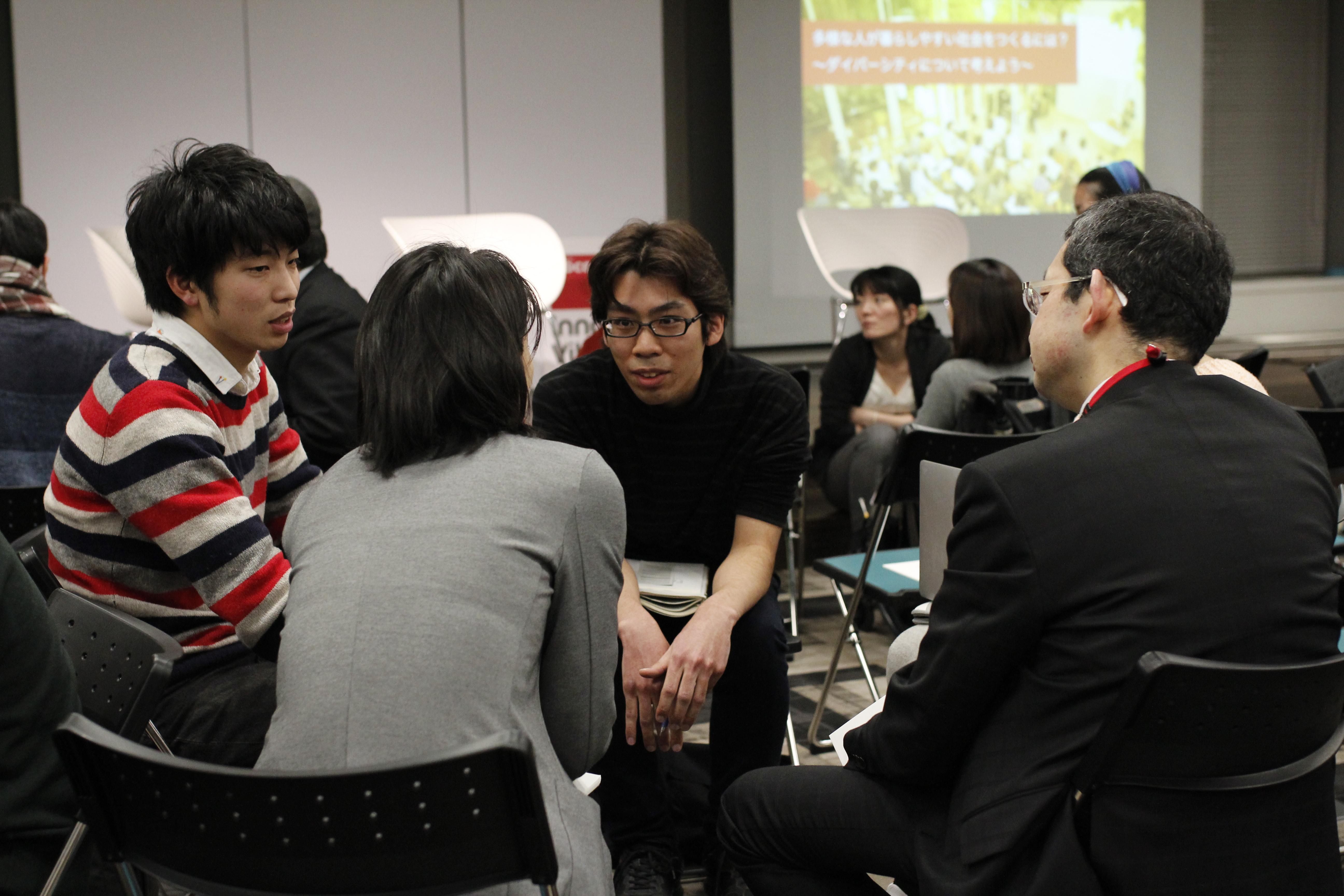 【写真】ある参加者の話を、身を乗り出しながら笑顔で聞く参加者