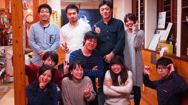 【写真】仲間たちと一緒に笑顔で写るやまもとさん。
