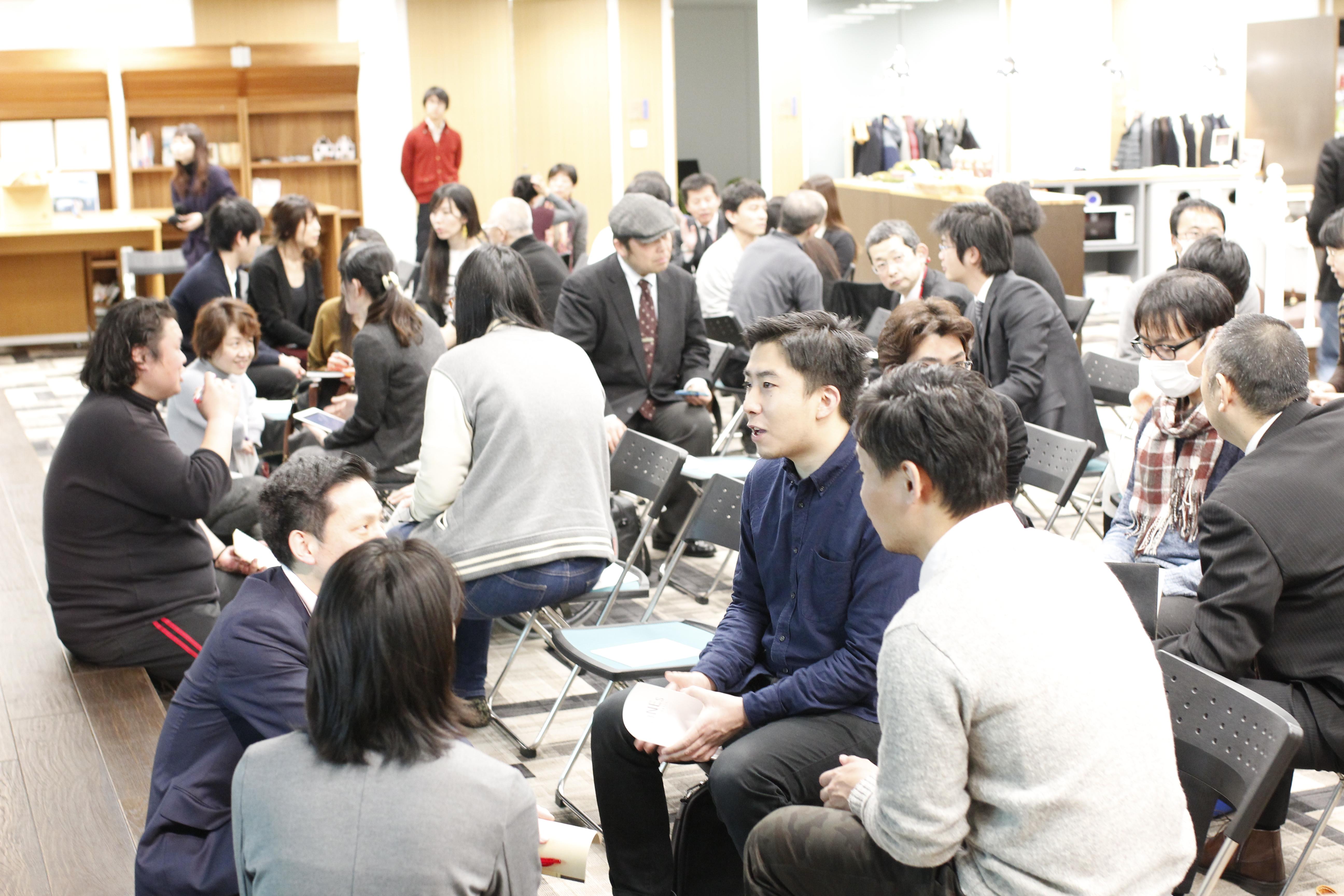 【写真】参加者同士で議論する様子。どのグルーオプも笑顔を見せながら、リラックスした様子で話し合っている