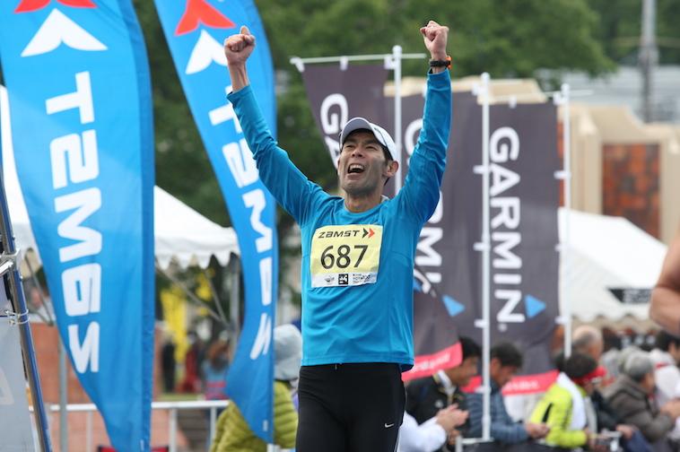 【写真】100キロマラソンを走り終えて、喜びをあらわにするおおくぼさん。