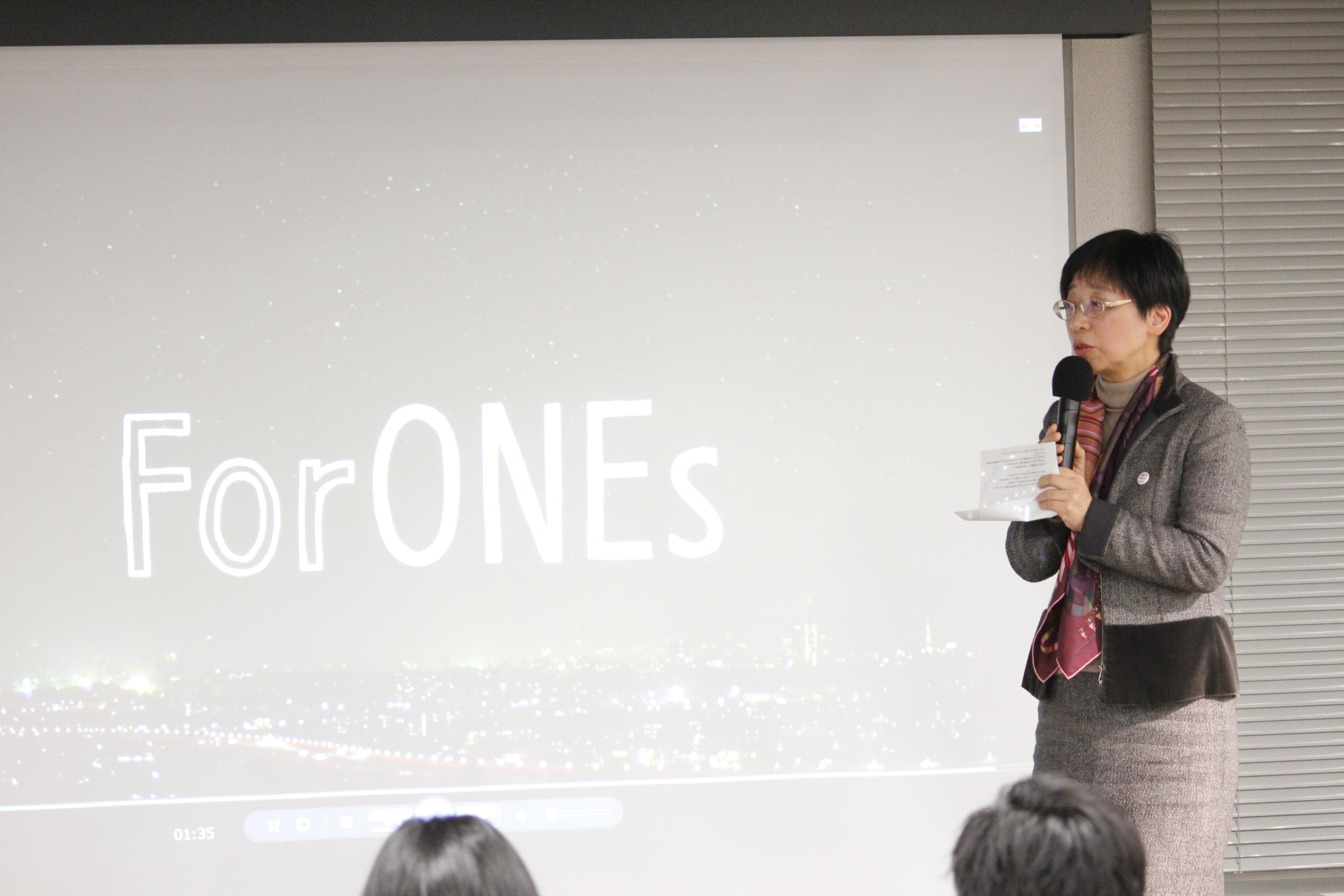 【写真】かわさきさんが、スライドの前で参加者に向かって話している