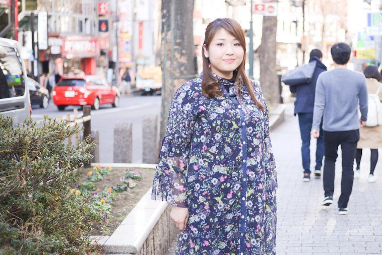 【写真】街頭で微笑んで立っているなおさん
