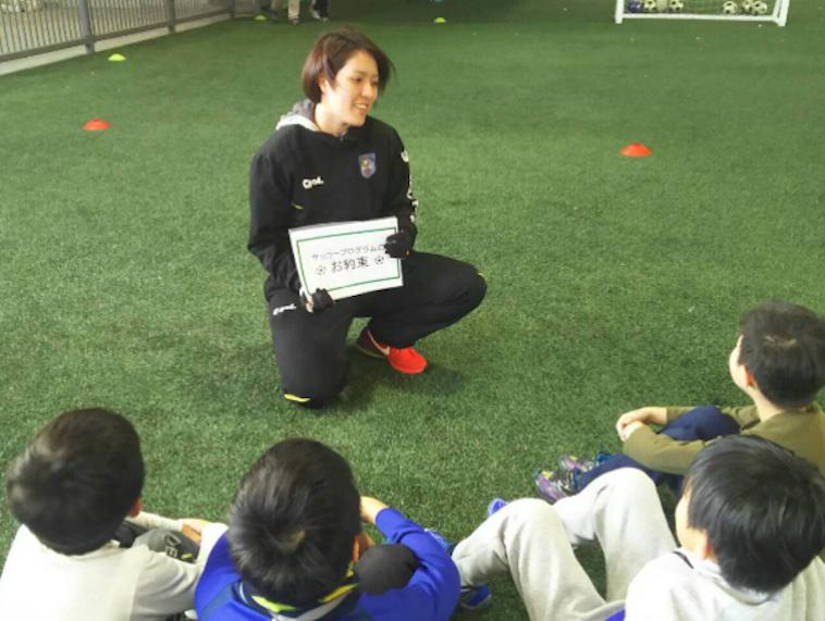 【写真】微笑みながら子供達にサッカーを教える、うすきみささん。