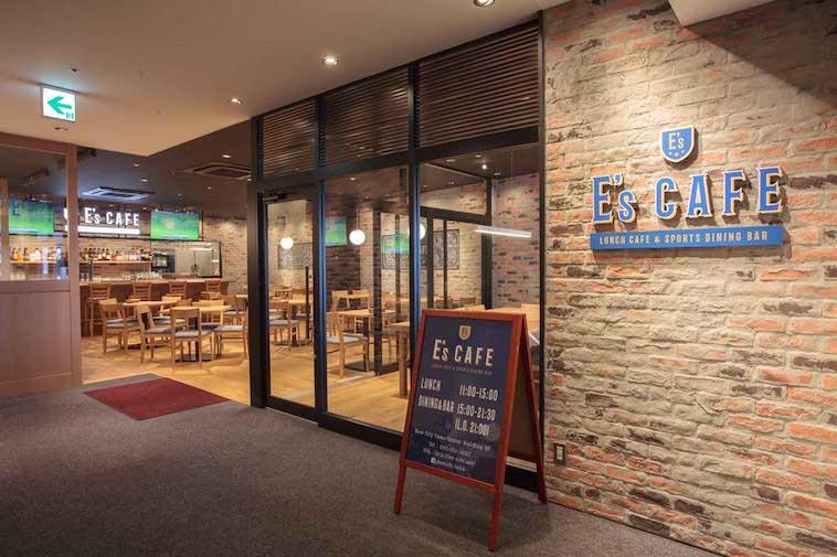 【写真】E's CAFEの店頭の風景。煉瓦造りの壁が海外を感じさせる。