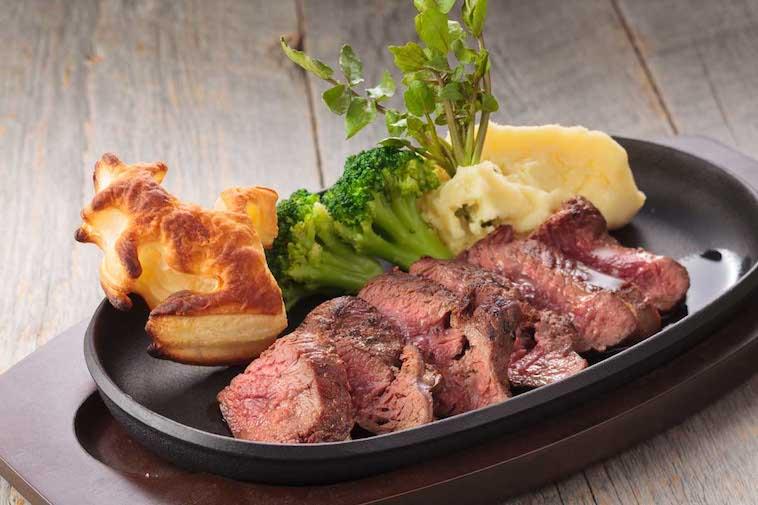 【写真】鉄板の上に並ぶ赤身のお肉が、食欲をそそる。