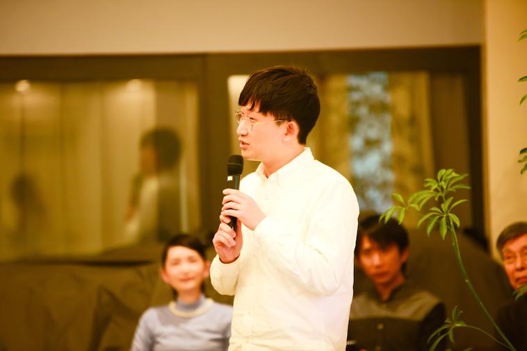 【写真】マイクを持ち、参加者に語りかけるおおたさん。他のゲストもおおたさんの話を聞いている