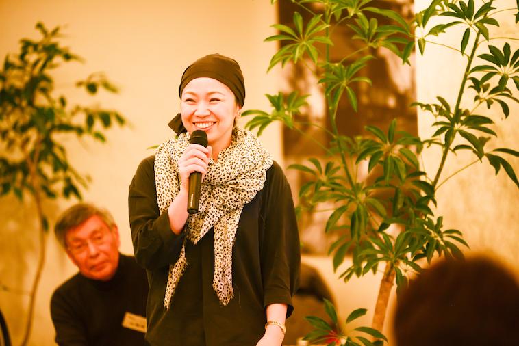 【写真】満面の笑みを浮かべながら参加者の前で話すつのださん