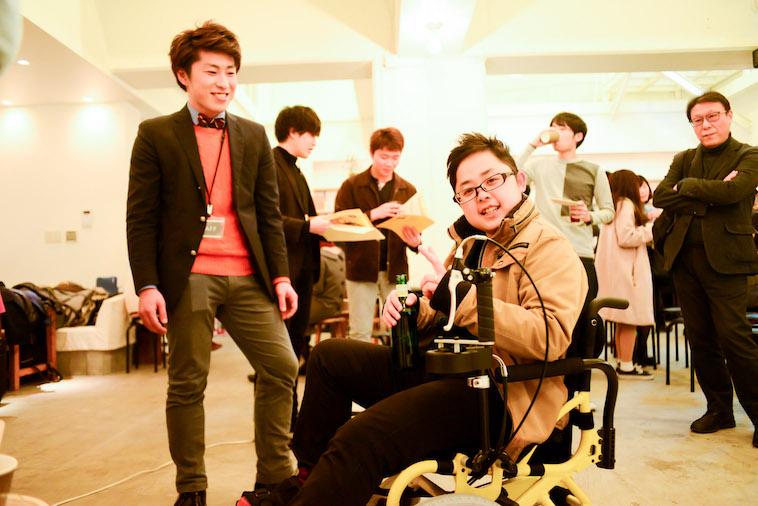 【写真】リハビリをサポートする車椅子、こぎーに試乗する参加者