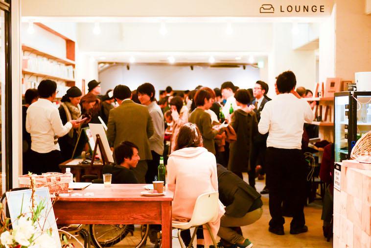 【写真】立食パーティを楽しむ参加者の様子