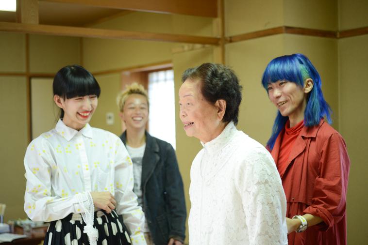 【写真】まきさんの練習姿を笑顔で見守るそうまさんとつるたたかふみさん