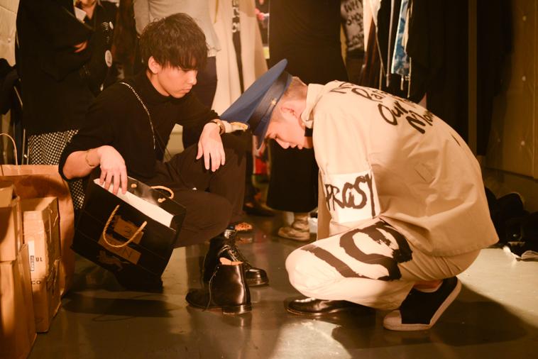 【写真】靴の最終チェックをするスタッフ