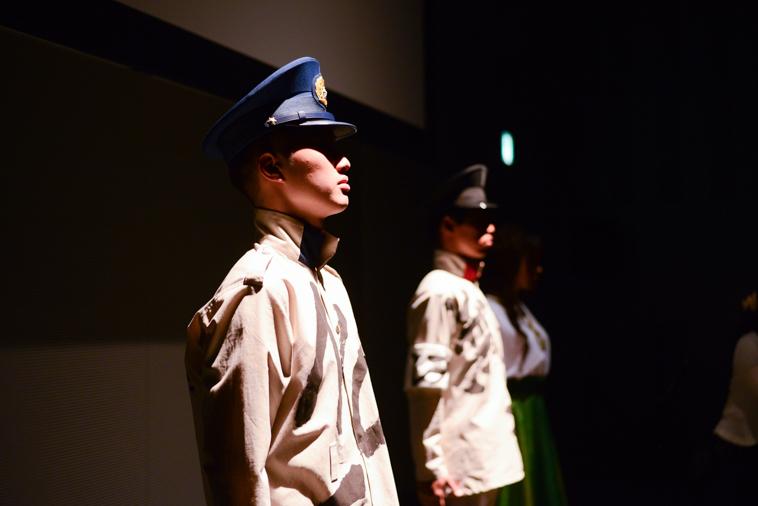 【写真】警察官の服装を着て怖い表情で立っているはらたくまさんとひがのじゅんさん