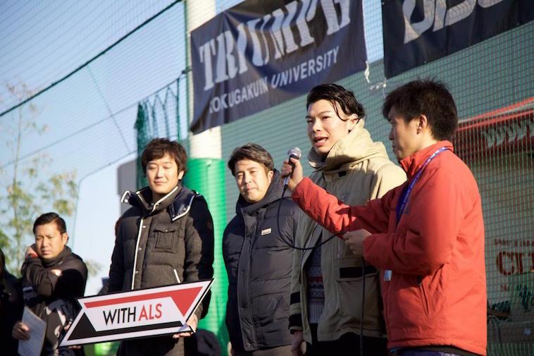 【写真】イベントで仲間とともに並ぶむとうさん。マイクを向けられて、前を見すえて話をしている。