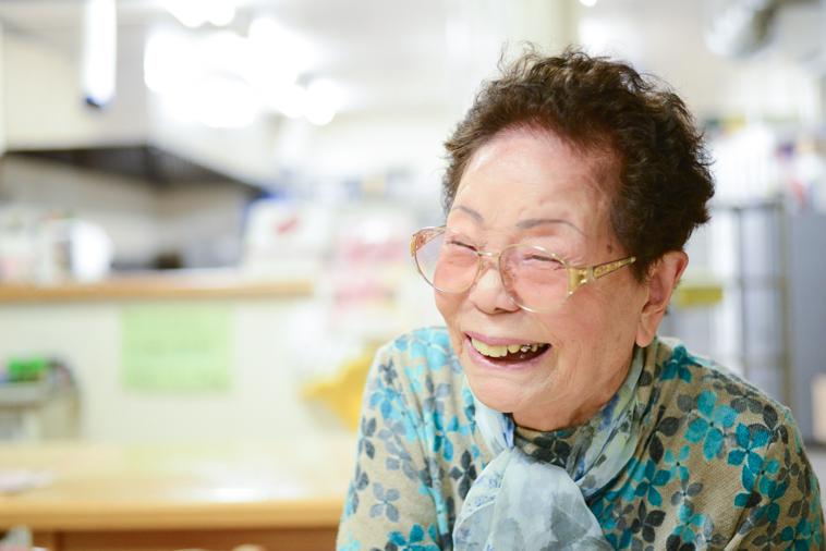 【写真】笑顔でインタビューに応えるまきさん