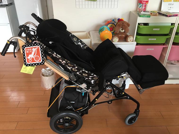 【写真】バギーマークがついた、こども用車椅子