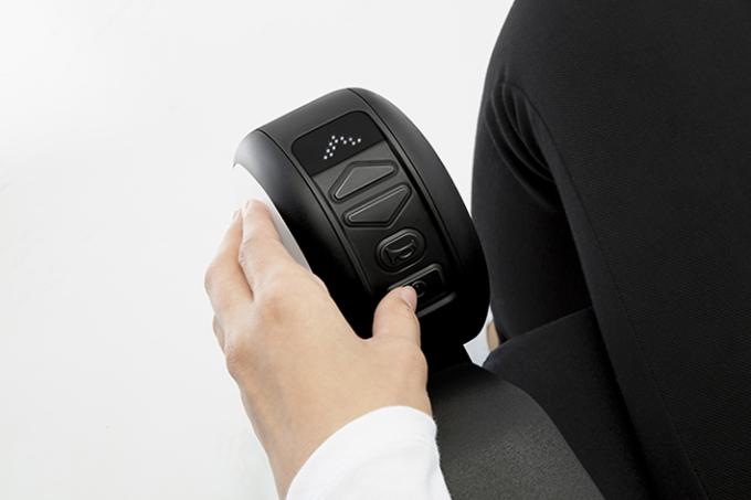 【写真】WHILL Model Cの手元にあるコントローラー。シンプルで使いやすいを感じる。