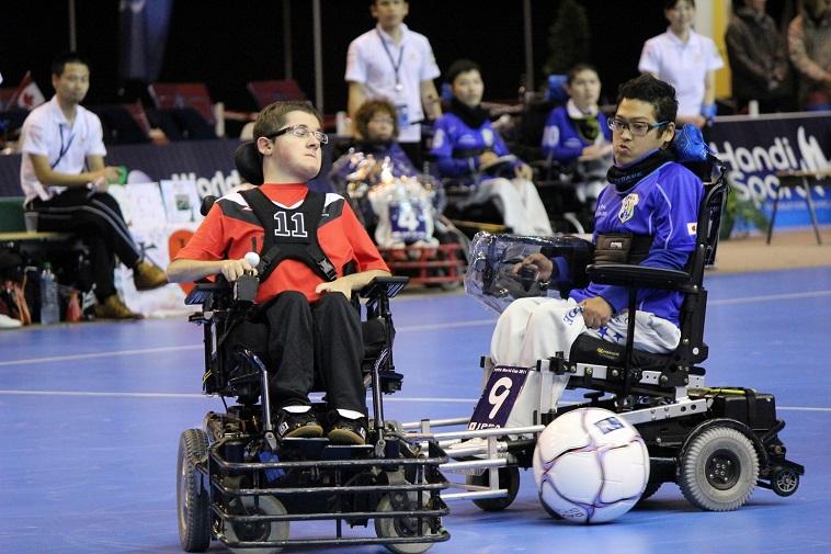 【写真】ボールを追う電動車椅子の選手たち。集中している様子が伝わってくる。
