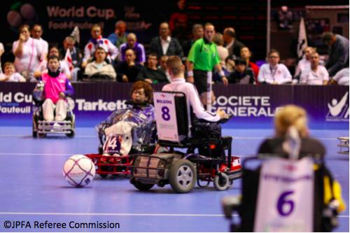 【写真】電動車椅子サッカーのワールドカップでの様子。それぞれが懸命にボールを追っている。