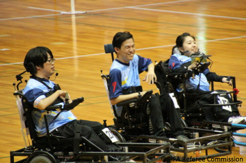 【写真】体育館で並ぶ3人の選手たち。楽しそうな雰囲気が伝わってくる。