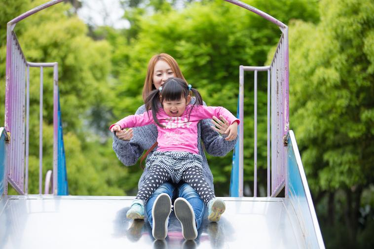 【写真】娘さんと一緒に、滑り台を楽しむあさはらさん