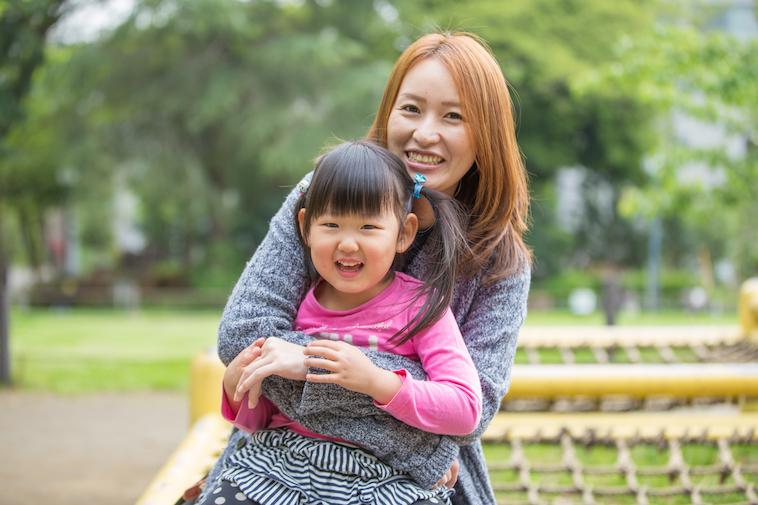 【写真】笑顔で娘さんを抱きしめる、あさはらさん