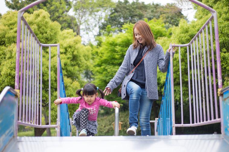 【写真】階段を一生懸命登る娘さんの横で、あさはらさんがその様子を見守っている