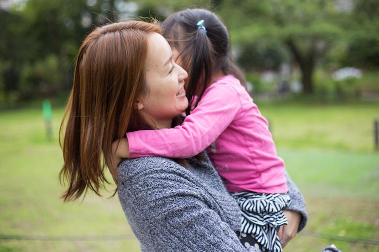 【写真】体にしがみつく娘さんを、笑顔で抱き上げるあさはらさん