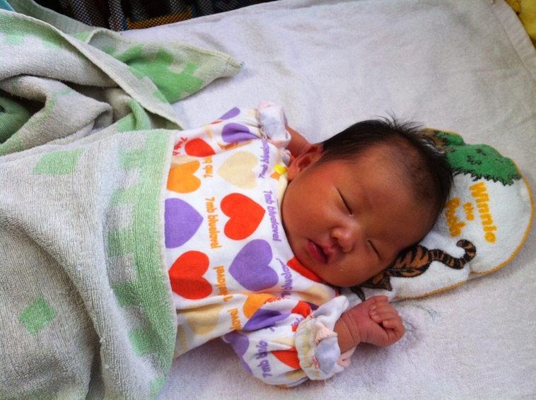 【写真】生まれてすぐの、あさはらさんの娘さん。小さな右手を握りしめて眠っている