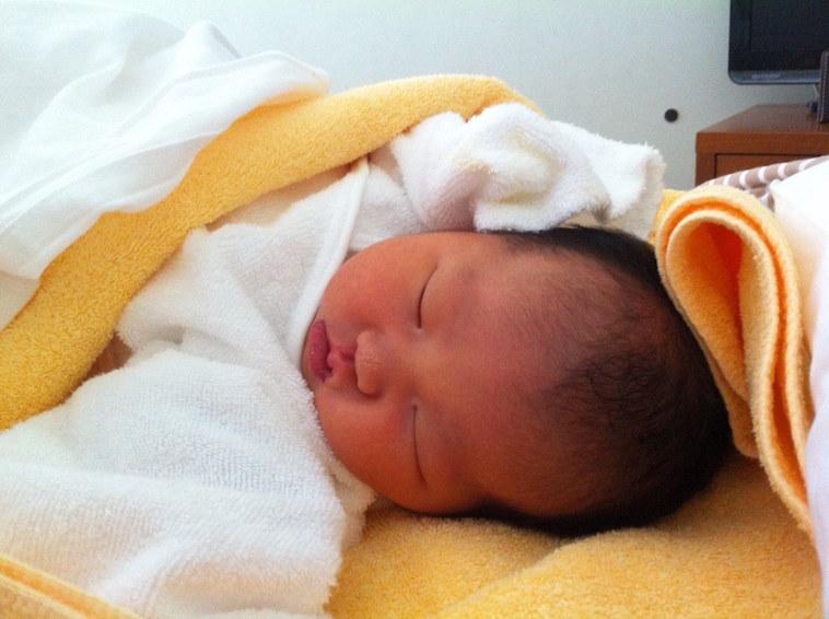 【写真】産着にくるまれてスヤスヤ眠る、娘さん