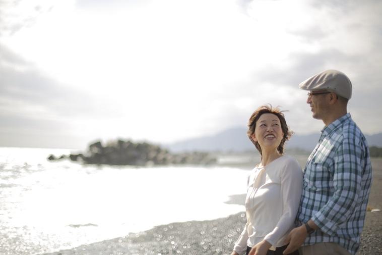 【写真】砂浜で笑顔のさいとうじゅんこさんとパートナー