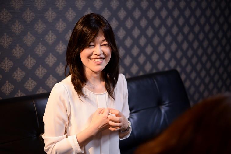 【写真】ロングのウィッグをつけて、笑顔でインタビューに応えるさいとうじゅんこさん