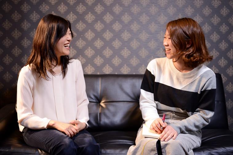 【写真】笑顔でインタビューに応えるさいとうじゅんこさんとライターのおかもとみきさん