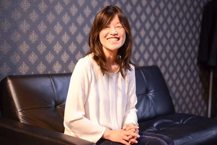 【写真】ロングのウィッグをつけて笑顔でインタビューに応えるさいとうじゅんこさん