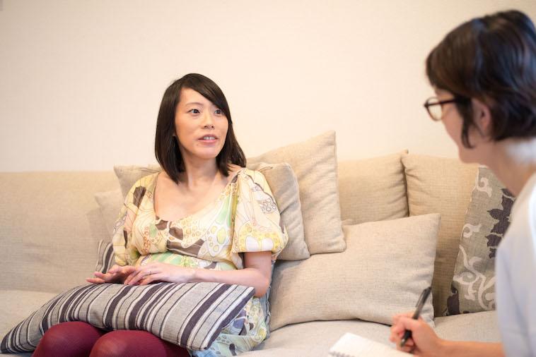 【写真】少し微笑んでインタビューに応えるにしべさおりさん