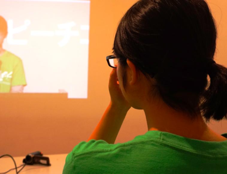 【写真】スクリーンを見つめるごんちゃん。表情は見えないが、その後ろ姿は強い思いが伝わってくる。