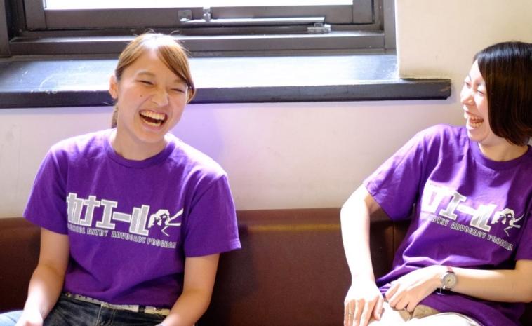 【写真】カナエールプロジェクトTシャツを着た2人の女性が楽しそうに笑う。穏やかな雰囲気が流れている。