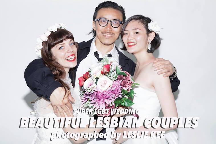 【写真】肩を組んで写る二人の花嫁と一人の花婿。明るい雰囲気が漂う。