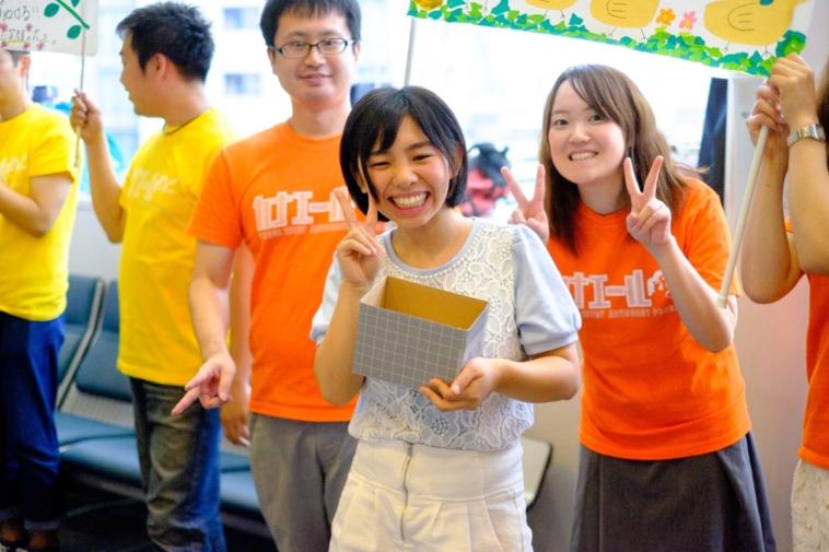 【写真】カナエールのTシャツを着た人たち一緒に、カメラに向かってポーズをする女の子。