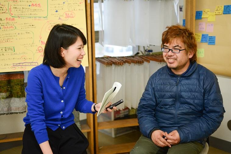 【写真】インタビューに笑顔で応えるムラキングさん。