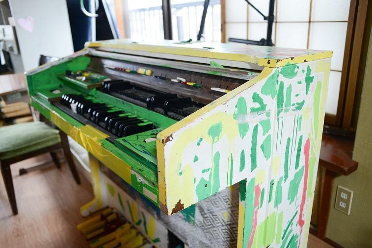 【写真】オルガンに緑や黄色、ピンクの絵具が塗られている。今までに見たことのない個性的なオルガンになっている。