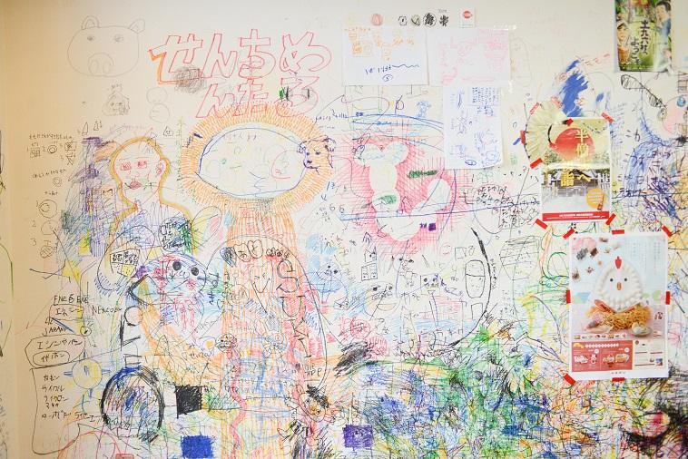 【写真】壁に直接描かれている絵たち。施設の至るところがキャンバスになっている。