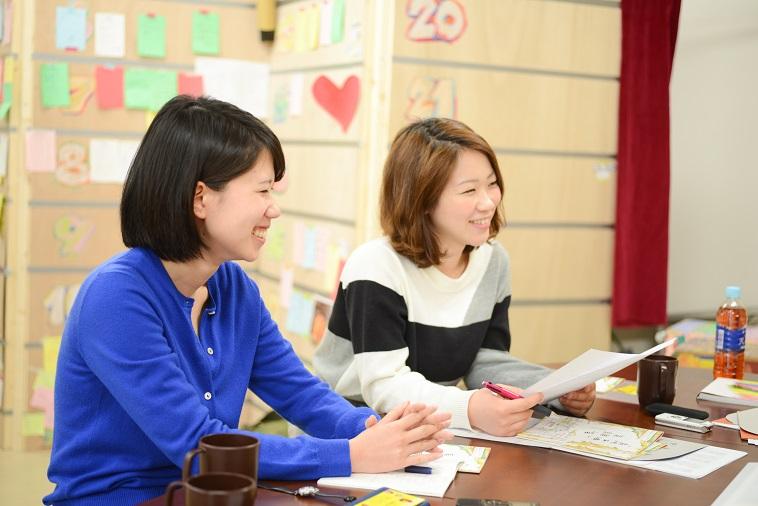 【写真】みずこしさんの話を聞きながら笑みを浮かべるそあ取材班。