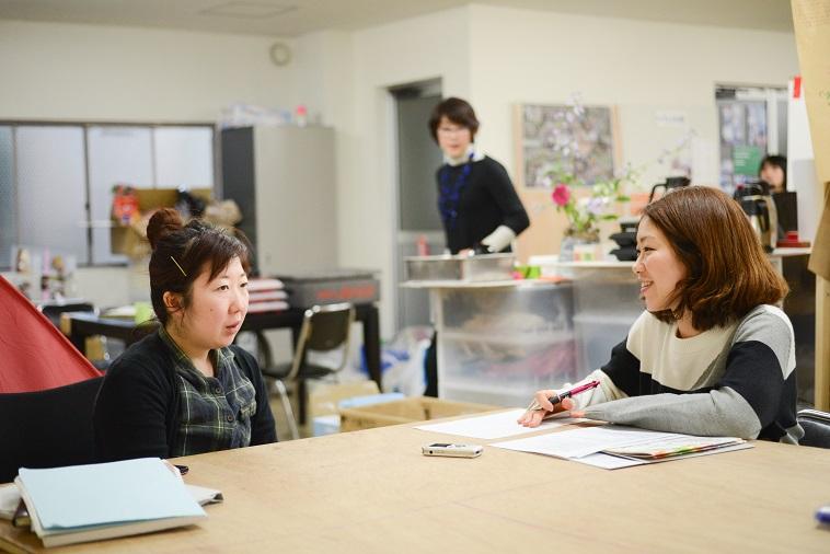 【写真】インタビューに応えるスタッフのおわりさんとソア取材班。なごやかな空気が流れている。