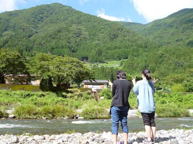 【写真】山と川が広がる長閑な景色と一緒に、写真に写る2人の女の子。