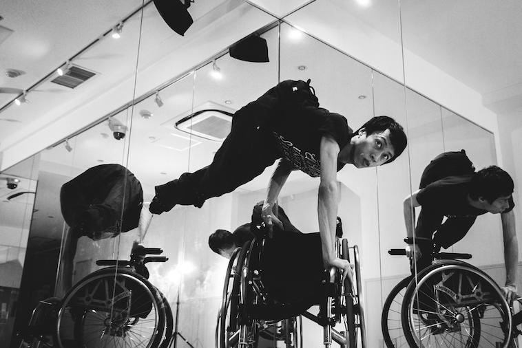 【写真】車椅子を使って逆立ちをするかんばらけんたさん