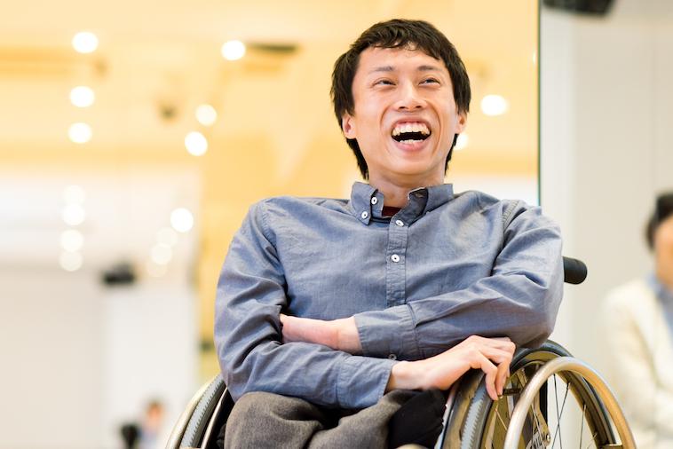 【写真】笑顔でインタビューに応えるかんばらけんたさん