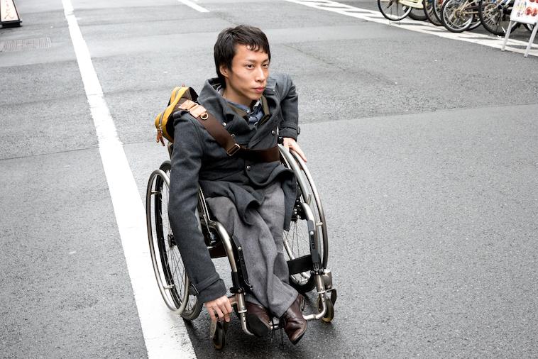 【写真】街道で車椅子に乗って移動するかんばらけんたさん