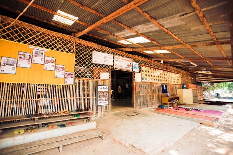 【写真】コミュニティファクトリーの外観。竹で編まれた壁や、広げられた布からカンボジアの雰囲気が伝わる。