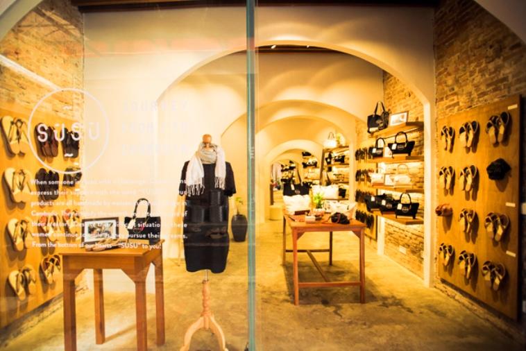 【写真】カンボジアにあるスースーの店頭。丁寧に並べられた商品と、温かみのある家具が、落ち着いた雰囲気を感じさせる。