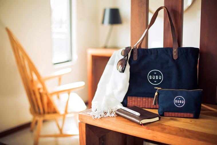 【写真】木製の棚の上に置かれたスースーのトートバッグとポーチ。ぬくもりのある雰囲気が伝わる。